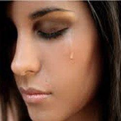 Плачет женщина